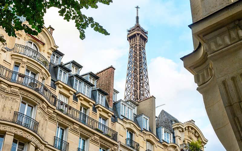 Façades avec la Tour Eiffel en arrière plan