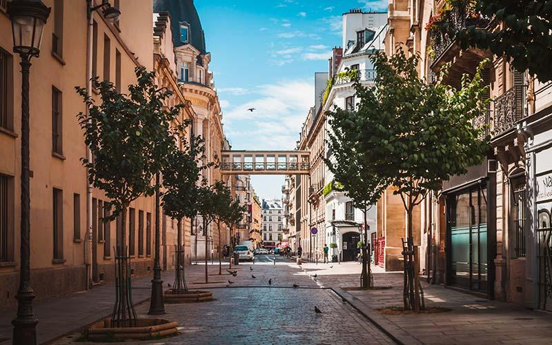 Rue étroite menant à la passerelle des Galeries Lafayette