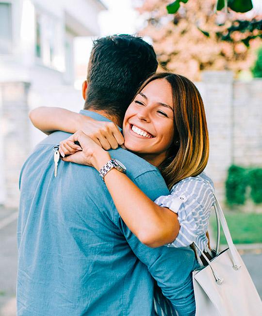 Remise des clés d'un nouvel appartement à un couple heureux
