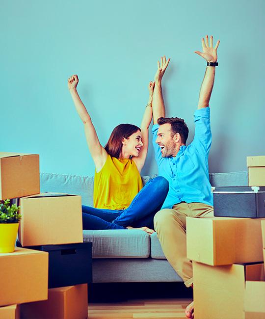 Couple au milieu de cartons de déménagement