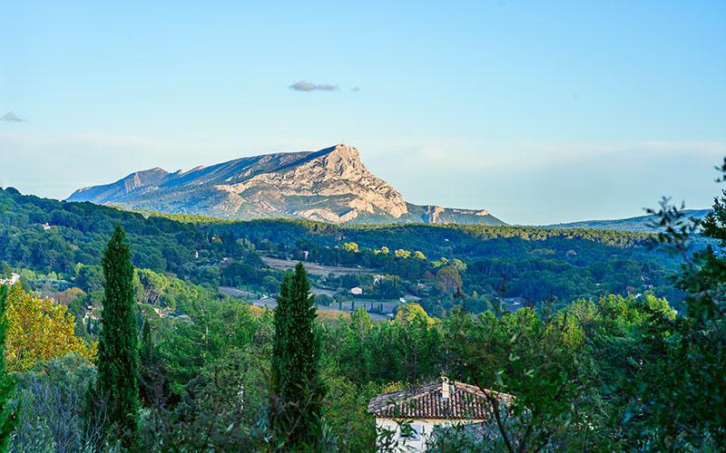 Vue panoramique sur la montagne Sainte Victoire depuis le terrain, à Aix-en-Provence