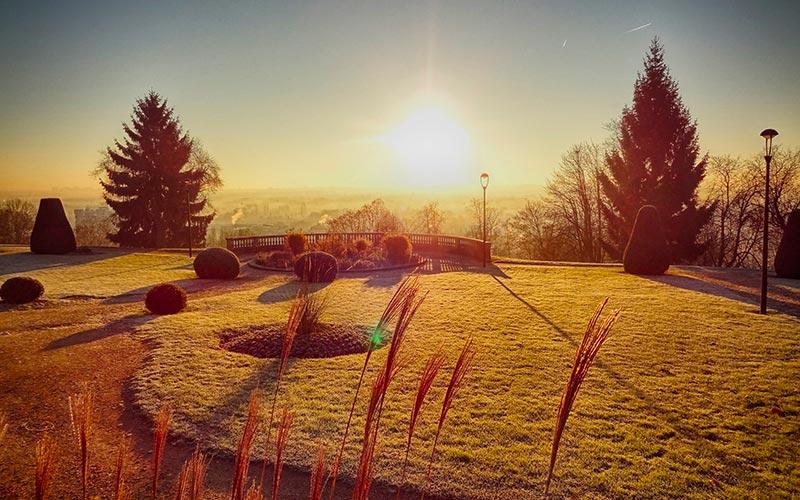 Lever de soleil hivernal sur l'esplanade des droits de l'Homme à Athis-Mons