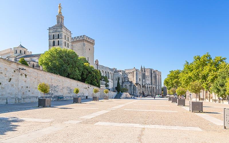 La place du Palais à Avignon en été