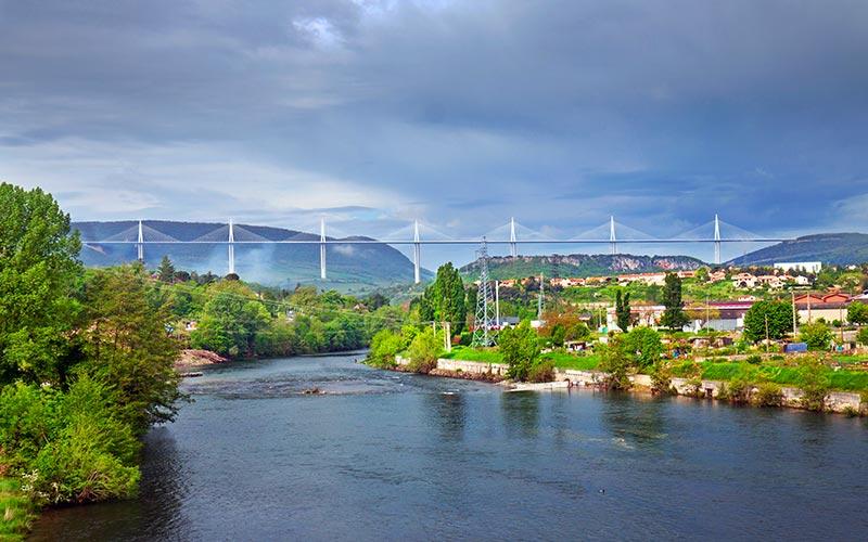 Le Tarn avec le viaduc de Millau