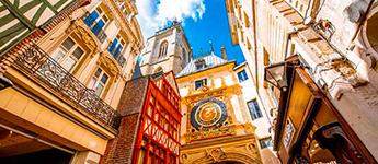Rue du Gros-Horloge surmontée d'une horloge astronomique du xive siècle.