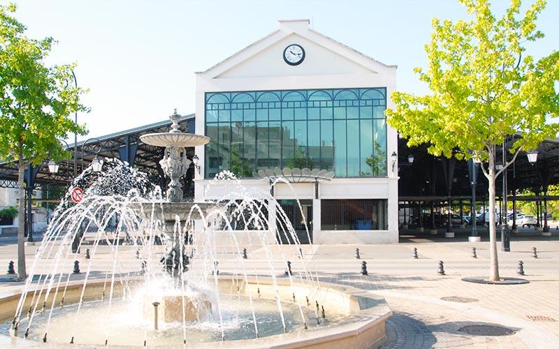 Fontaine devant le marché de La Varenne à Saint-Maur-des-Fossés