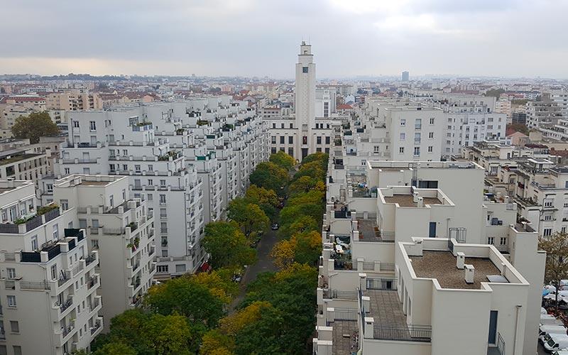 Avenue Henri Barbusse et le beffroi de Villeurbanne