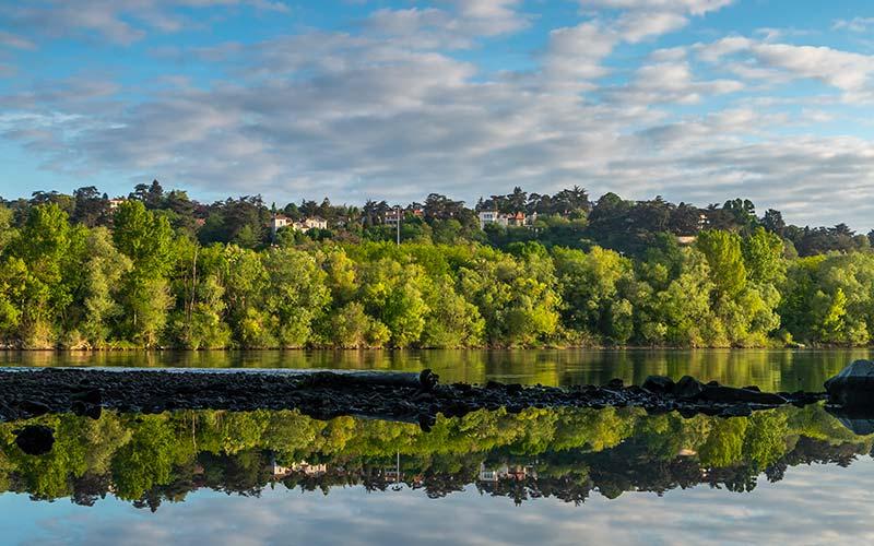 Reflets sur le Rhône depuis le parc de la Feyssine